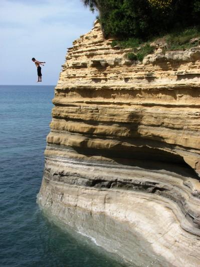 V okolici turistinega mesta Sidari so klifi pravi izziv za skakanje v vodo.
